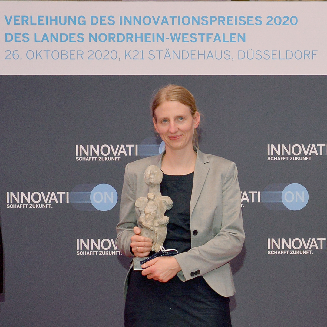Anna Grünebohm receives the NRW innovation award.